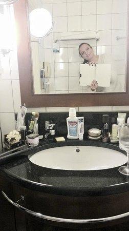 Radisson Blu Royal Astorija Hotel, Vilnius: раковна, заставленная моими всякими штуками:)