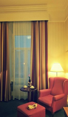 Radisson Blu Royal Astorija Hotel, Vilnius : столик для распития вина и чая