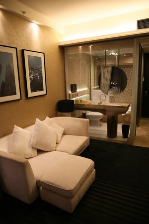 Harbour Grand Hong Kong: Room view towards glass walled bathroom