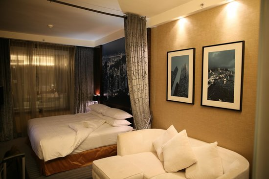 Harbour Grand Hong Kong : Designer room with view towards bed