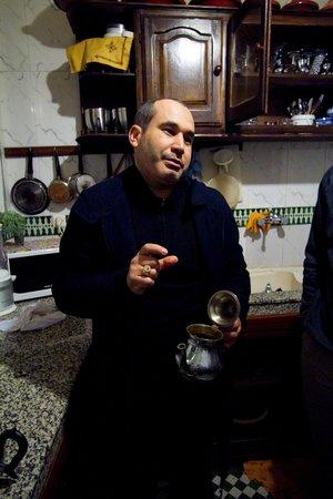 Dar Fes Medina: Mohammad teaching us how to make tea