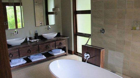 Lake Duluti Lodge : Bathroom- to sinks, nice bath tub but you can't sit in it...