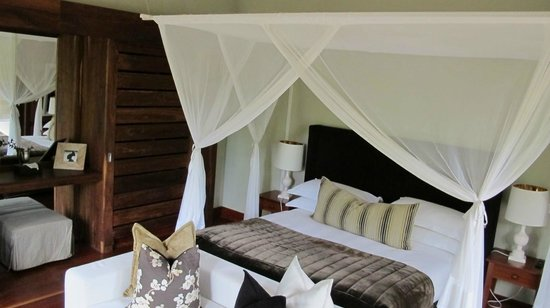 Lake Duluti Lodge : King size bed with mosquito net