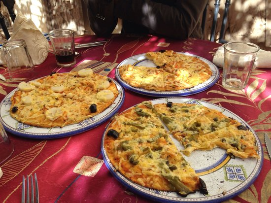Cafe-Restaurant des Dunes: Delicious pizza out in the sun!