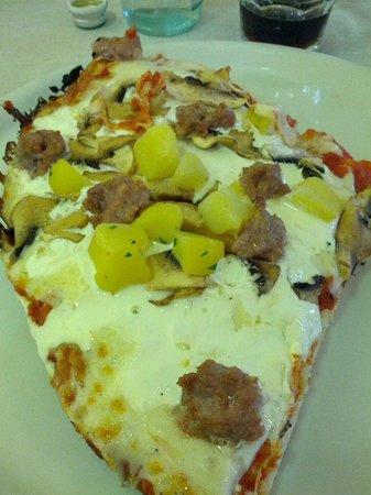 Pizzeria Linus: Pizza mica male con patate salsiccia funghi panna pomodoro mozzarella