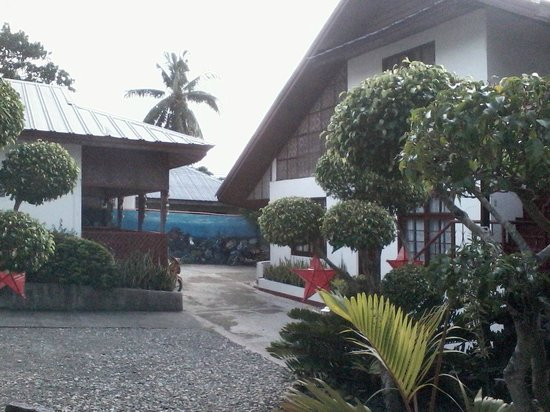 Marina Village Beach and Dive Resort : Garden and entrance there
