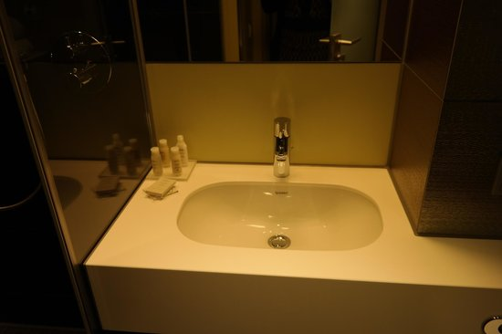Hotel Indigo Berlin – Centre Alexanderplatz: bathroom