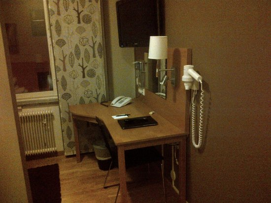 Best Western Hotel Linkoping : The writing desk and the TV-set in the small room
