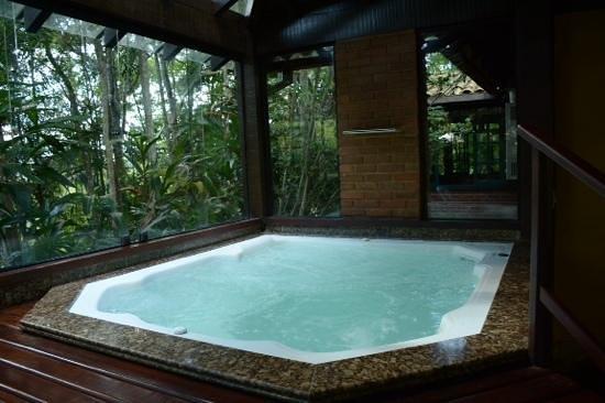Urikana Boutique Hotel: hidromassagem próxima à área da piscina.