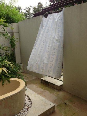 Amara Sanctuary Resort Sentosa: Séparation sale de bain/piscine villa 9