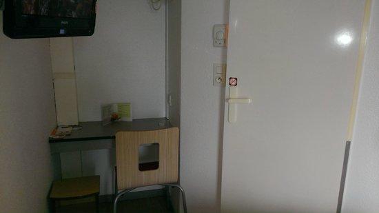 P'tit Dej-Hotel Saintes Recouvrance: minimesa y entrada al minibaño