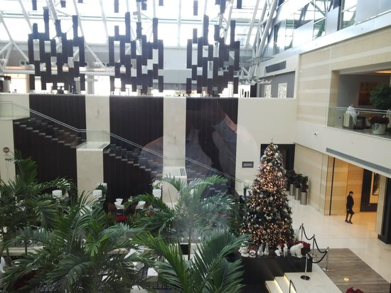Oryx Rotana Doha: Lobby from elevator on way up to room