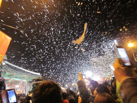 Busan Tourist Hotel: 新年と同時にすごい量の紙吹雪が