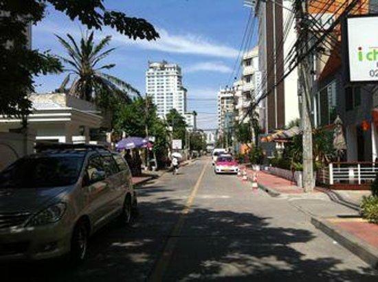 iCheck inn Soi 2: ホテル前の通り