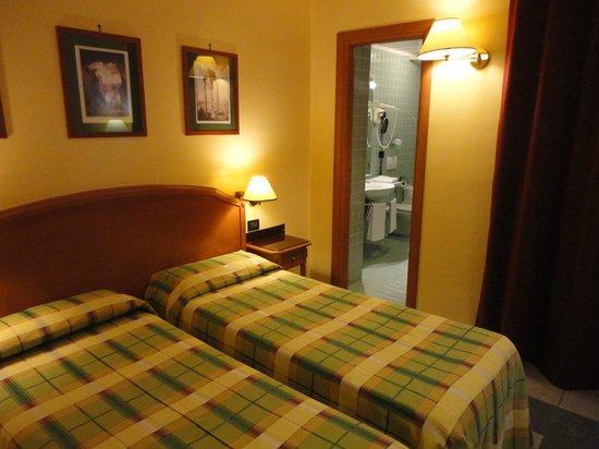 Milani Hotel : スタンダードツインルーム。広くはないが、天井が高く開放感がある。