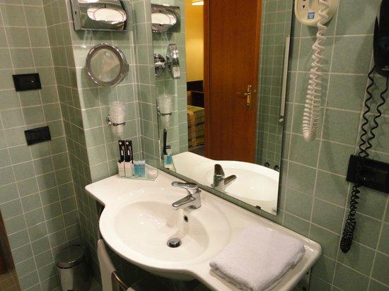 Milani Hotel : アメニティは歯ブラシ、石鹸、バスジェル、シャワーキャップ、バスタオル。トイレットペーパーは柔らかい方。