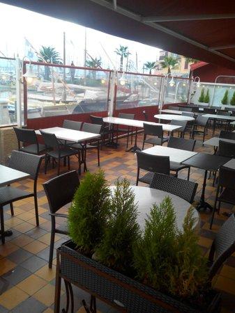 Hôtel Restaurant de la Tour: le plus, la terrasse sur le Port mais quand il fait beau