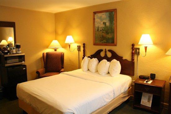 Senator Inn & Spa: Legislative Room with One Queen Bed