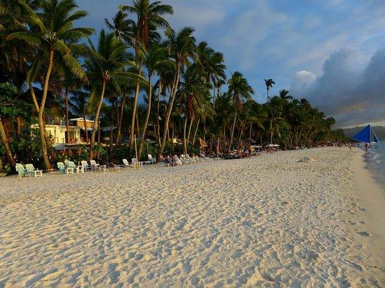 Dave's Straw Hat Inn: Boracay beach  station 3