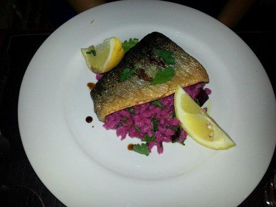 unamesa Restaurante: Lachs auf Randen-Spätzli