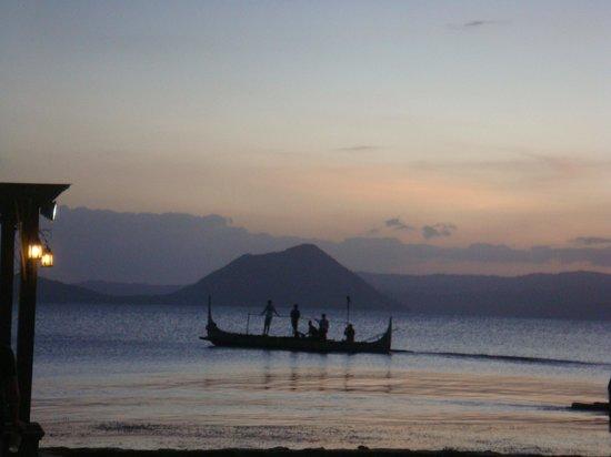 Club Balai Isabel : 夕陽餘暉中的湖景