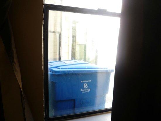Europa Hotel: vue de la chambre sur les poubelles, et derrières elles la fenêtre de la reception