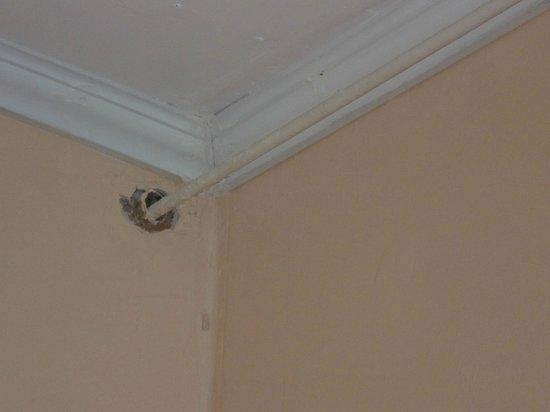 Europa Hotel: de la tuyauterie se balade sur les murs près du plafond