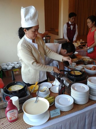 Kim Hoa Resort : Pancake station at bfast table
