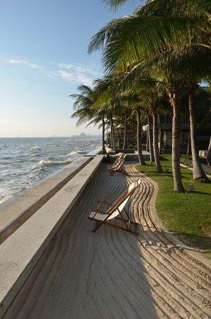 Rest Detail Hotel Hua Hin: Looking along the beach