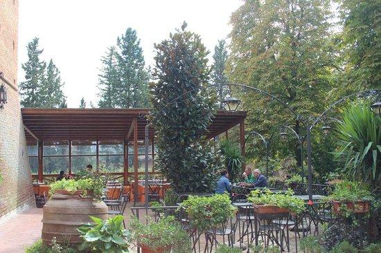 Abbazia di Monte Oliveto Maggiore: Outdoor cafe by the entry tower gate