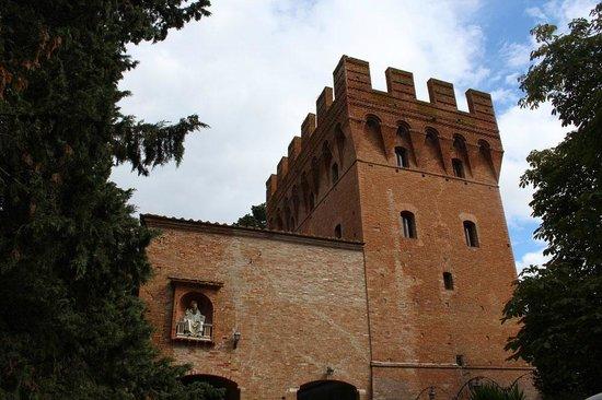 Abbazia di Monte Oliveto Maggiore: Entry tower gate
