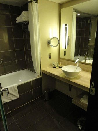 Radisson Blu Hotel, Abu Dhabi Yas Island: Huge and nice bathroom