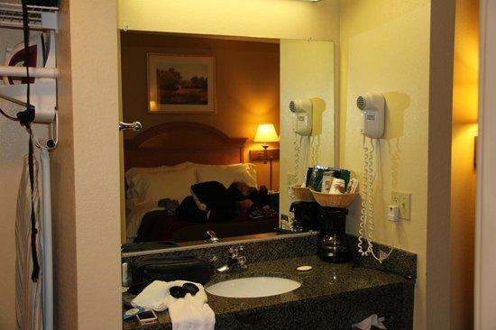 Comfort Inn Malvern : Vanity area w/ coffee pot