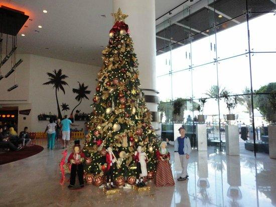 Radisson Blu Hotel, Abu Dhabi Yas Island: Christmas tree in the hall