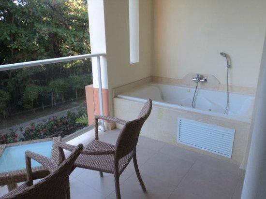 Secrets Royal Beach Punta Cana: Jacuzzi no terraço do quarto