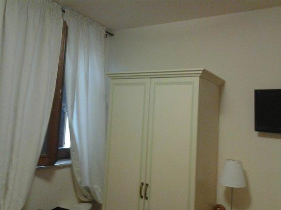 Albergo Ristorante Dei Pini: armadio e finestra Hotel dei Pini