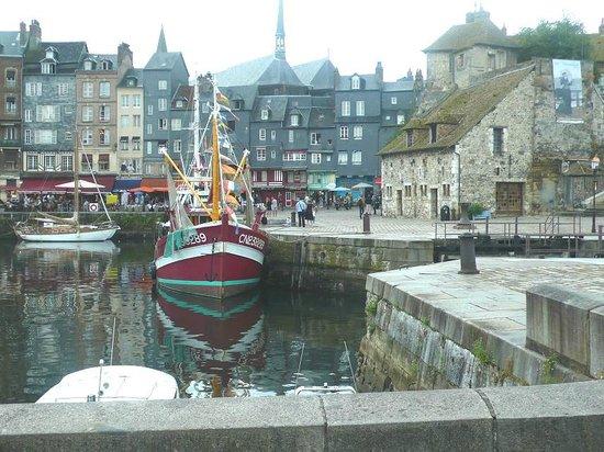 Le Vieux Bassin : Honfleur harbour: Francia: pescherecci