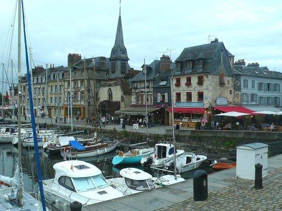 Le Vieux Bassin : Honfleur harbour: Francia: chiesa e bistrot