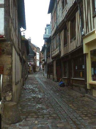 Le Vieux Bassin : Honfleur harbour: Francia: case a graticcio