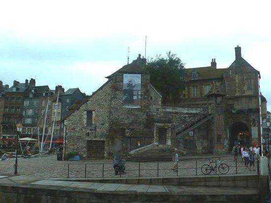 Le Vieux Bassin : Honfleur harbour: Francia: una delle anitiche porte della città
