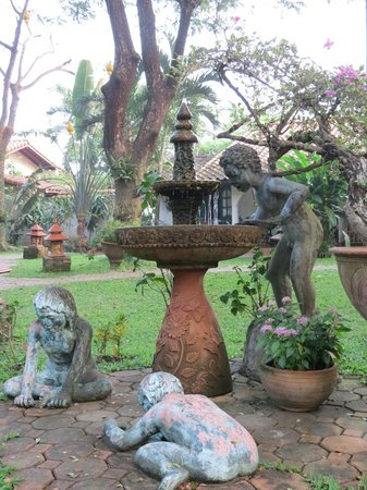 Secret Garden Chiang Mai: Fountain just off al fresco dining area