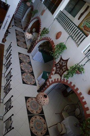 Ideal Villa Hotel : la grande table de la salle à manger vue de haut