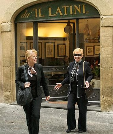 Restaurante Il Latini: Author Kat Martin and friend Di leave Da iL Latini HAPPY!
