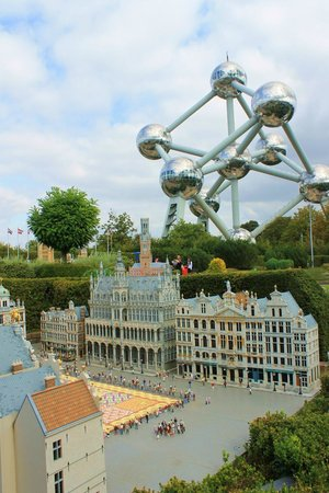 Mini-Europe: Miniature Hôtel de Vile og rigtige Atomium.