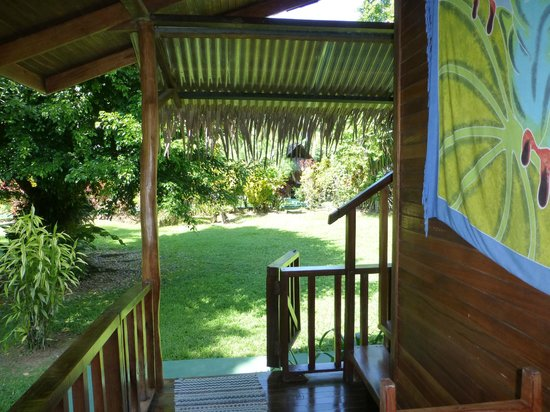 Coco Loco Lodge: Ausblick in den Garten