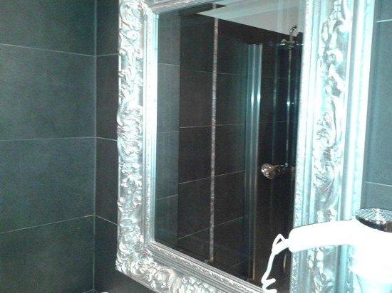 Hotel La Villa Nice Promenade: specchio nel bagno