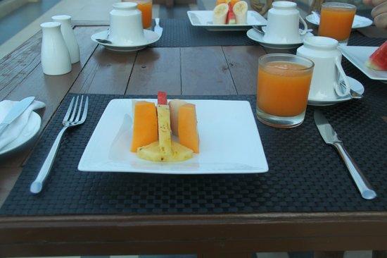 Elegant Hotel : Outdoor breakfast on the open balcony (facing Adam's Peak)