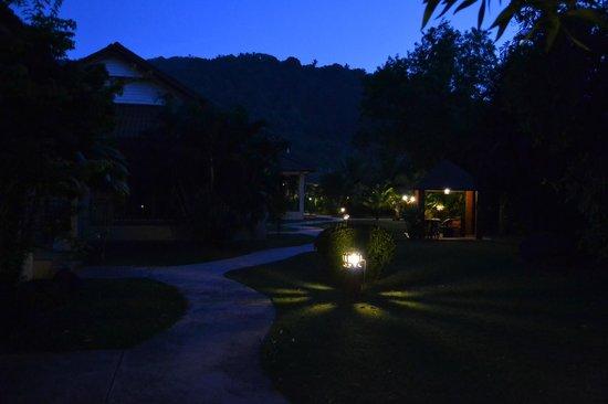 Kata Lucky Villa & Pool Access: Skymningsbild