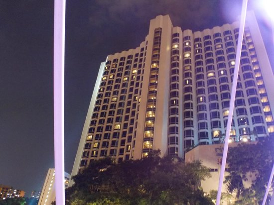 Four Points by Sheraton: View of hotel at night