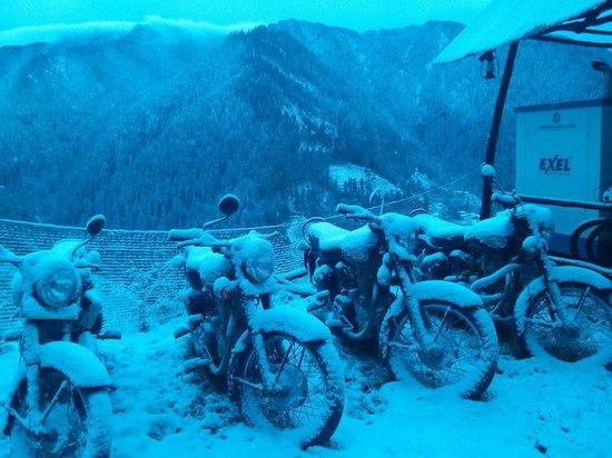 Tethys Ski Resort Narkanda: Snow covered Mountain View from resort